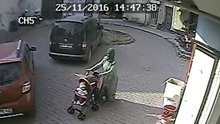 Bebek arabası çalan hırsız güvenlik kamerasına yakalandı