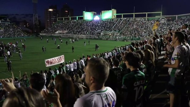 Chapecoense taraftarlarından stadyumda anma
