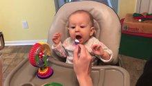 İlk kez yoğurt yiyen bebek