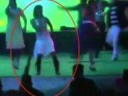 Sahnedeki dansçıyı böyle vurdu!