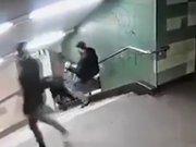 Merdivenlerden inen kadına bir anda tekme savurdu!