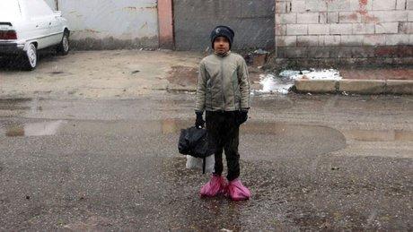 Gaziantep'de bir çocuk soğuk havalarda ayakkabısına poşet geçiriyor