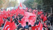 Metrelerce uzunluğundaki Türk bayrağıyla yürüdüler