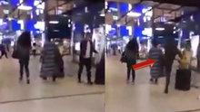 Durduk yere yürüyen kadına tekme attı