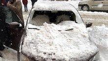 Çatıdan düşen kar kütlesi 3 otomobili hurdaya çevirdi