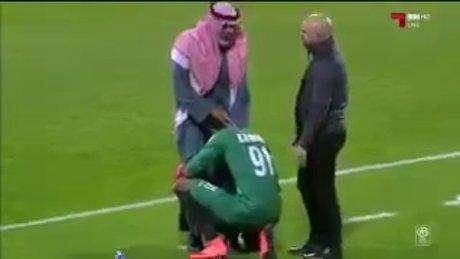 Futbolcuyu babası sakinleştirdi