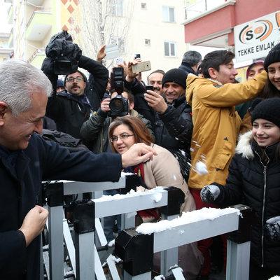 Başbakan Yıldırım, kız çocuğuyla kar topu oynadı