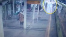 Bursa'da cep telefonuyla konuştuğu sırada metro hattına düştü