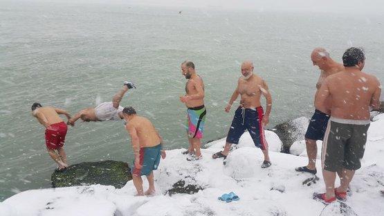 Karda denize girdiler