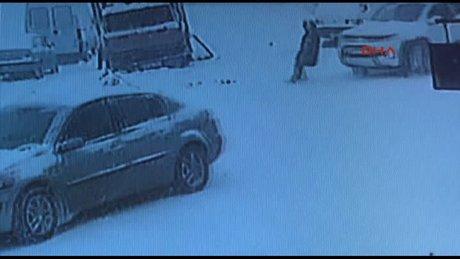 Buzda kayıp düşen kadın kamyonetin altında kaldı
