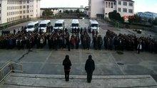 Antalya'da lisede bayrak töreninde, öğrenciler öğretmene saldırdı