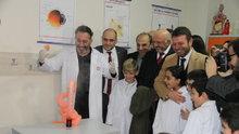 Ünlü Komedyen Cem Yılmaz, İlkokulda Fen Laboratuvarı açtı