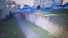Freni patlayan otomobil, 10 metre yükseklikten böyle uçtu