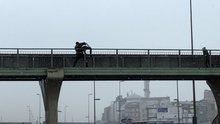 Metrobüs üst geçidinde intihara kalkışan genci polis böyle kurtardı