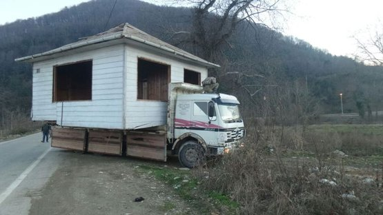 Evini kamyonla taşıdı