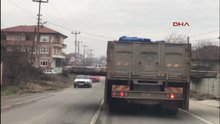 Beton bloğu taşıyan kamyon sürücülere ölüm korkusu yaşattı