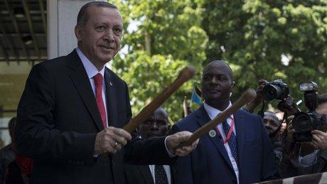 Cumhurbaşkanı Erdoğan, Afrika davulu çaldı