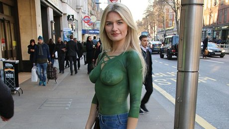 Göğüslerini boyadı, Londra sokaklarına çıktı