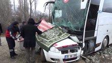 Yolcu otobüsü ile otomobil çarpıştı: 3 ölü, 5 yaralı