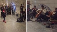 İstanbul metrosundaki sokak müzisyenlerini yöneten minik şef