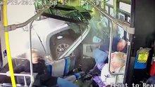 Korkunç kaza! Kamyonet belediye otobüsüne girdi