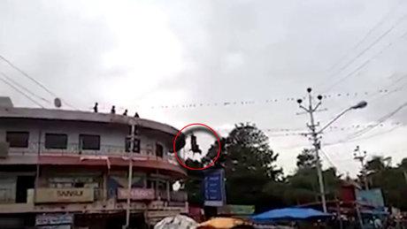Hindistan'da çatıya çıkan inek böyle atladı