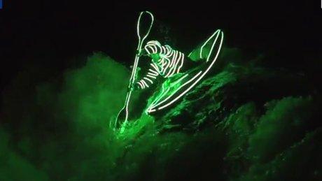 LED ışıklı kıyafetiyle kürek çekti