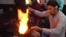 Gazzeli berber ateşle kesiyor