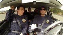 """Polisten """"geri geri giderken arabayı ters çevirme"""" dersi"""