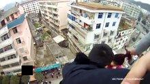 Çin'de çatıdan ölüme atlayan kadını kocası kurtardı