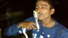 Kobrayı öperken öldü