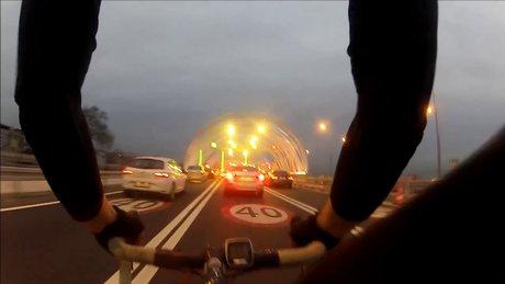 Avrasya Tüneli'ni bisikletle geçti