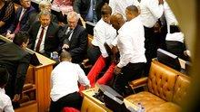 Güney Afrika parlamentosunda yumruklar havada uçuştu!
