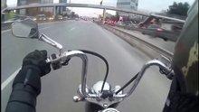 Motosiklet sürücüsünün üzerine pankart düştü!