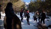 Karda kaybolan sinemacılar drone ile bulunarak kurtarıldı