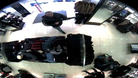 Çalışanlarla tartıştı, pompalı tüfekle mağazayı bastı