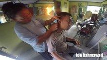 """Endonezya'da kulaklar """"kulak mumu"""" ile temizleniyor"""