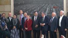 CHP'nin İzmir milletvekilleri İzmir Marşı'nı söyledi