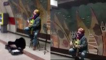 Çelik Taksim metrosunda şarkı söyledi