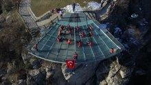 Dünyada ilk kez cam teras üzerinde voleybol oynandı