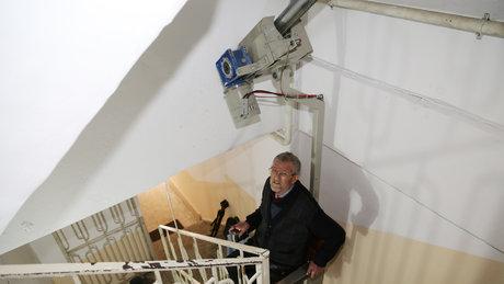 Engelli ve yaşlılar için merdiven asansörü üretti