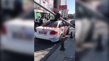 Bayrampaşa'da sokak lambası otomobilin üzerine devrildi