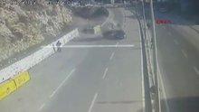 Seyir halindeki aracın üzerine üst yoldan araç düştü