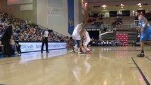 Rakibinin bacak arasından geçen basketçi