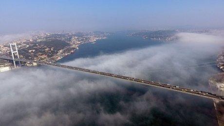 İstanbul Boğazı'nda etkili olan sis karpostallık görüntüler oluşturdu