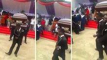 Cenaze töreninde dans eden Afrikalılar
