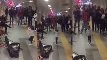 Metro istasyonunda beklerken bale yapan minik kız