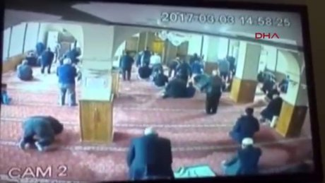 Camide bağış paralarını çalmaya kalkan şüpheliye cemaatten dayak