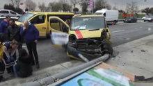 Kadıköy'de dolmuş elektrik direğine çarptı: 3 yaralı