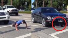 Otomobillerin altına yatarak spor yaptı